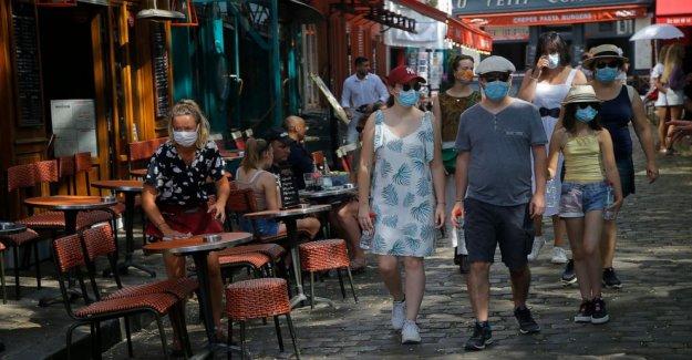Máscaras para el rostro que ahora se requiere al aire libre en concurridos lugares de París