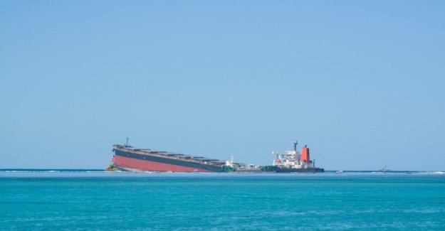 Mauricio aceite de desastres: Herido barco Japonés se divide además, el combustible restante se extiende dentro de las aguas