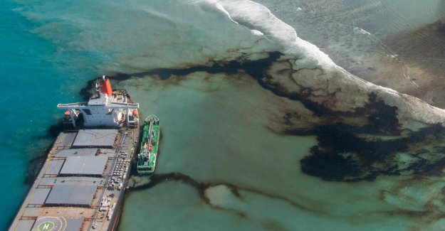Mauricio carreras para contener el derrame de petróleo como líder quiere una compensación por pesada daño ambiental
