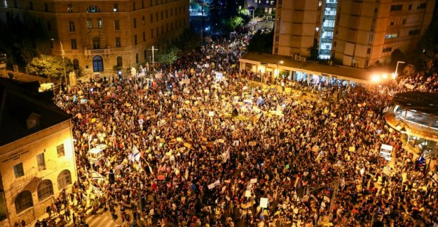 Miles de demostrar como anti-Netanyahu protestas ganancia de vapor