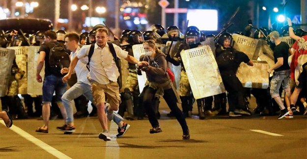 Miles de enjambre de Belarús calles a protestar contra la violencia policial durante las manifestaciones pacíficas