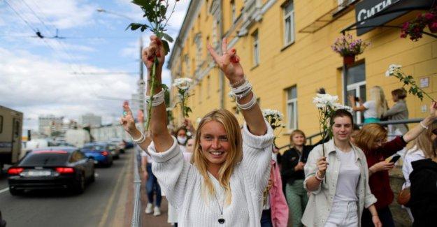 Miles de personas en Bielorrusia formulario de líneas de solidaridad en señal de protesta