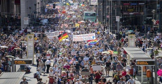 Miles se reúnen para fin de la pandemia de la protesta en Berlín, ignorar coronavirus medidas de seguridad