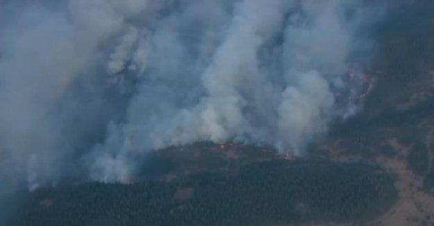Mosier Creek Fuego en Oregon del Desfiladero del Río Columbia crece rápidamente a 500 hectáreas, las peticiones de las evacuaciones