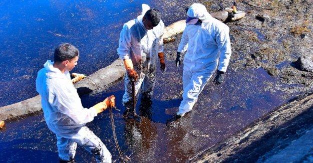 Nave fugas de toneladas de aceite de Mauricio ha escindido