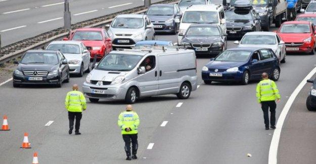 Niño golpeado por 'varios de los automóviles en la autopista