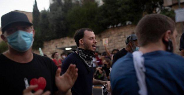 Novatos políticos dibujado a anti-Netanyahu protestas en Israel