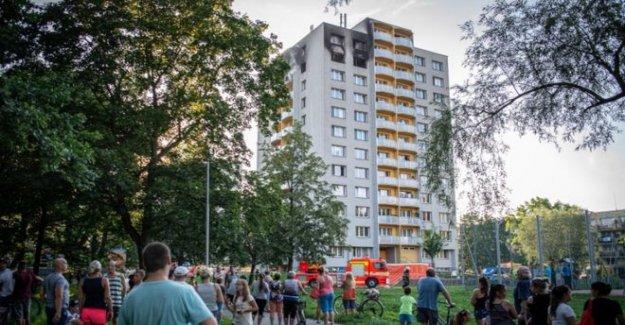 Once de morir en un incendio en República checa torre de bloques