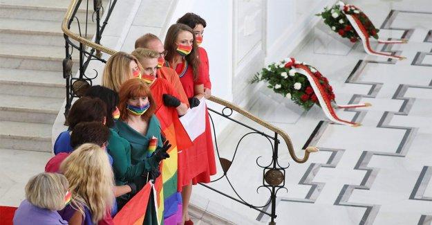 Oposición polaca muestra del arco iris LGBT solidaridad al presidente de la toma de posesión