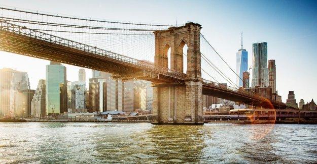 Par de etapas cena romántica en el Puente de Brooklyn, hace que el resto de nosotros se vea mal