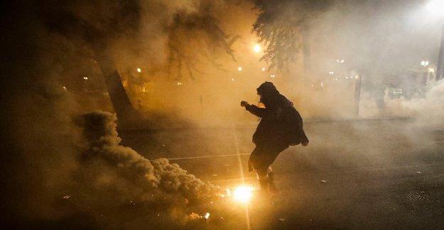 Portland continúan las manifestaciones en la comisaría de policía, a pesar de que el alcalde de la petición de