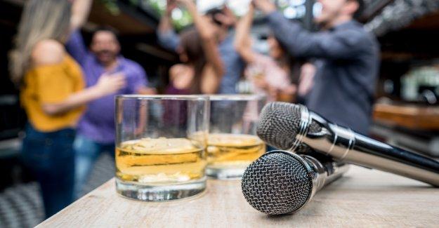 Pub en España prohibiciones popular cantar-a lo largo de la canción en medio de coronavirus temores: 'no habrá... manos que se tocan'