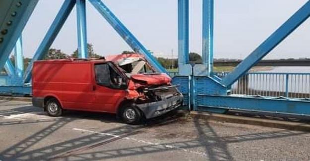 Puente abierto después de la camioneta cae de transportador