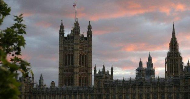Tory MP no se suspende mientras que la violación de investigación en curso