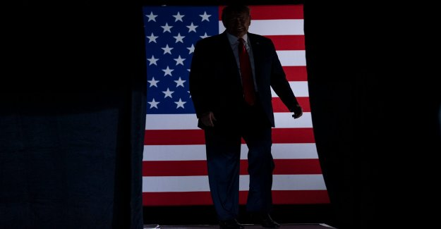 Trump abraza puerta-a-puerta de campaña abandonado por Biden
