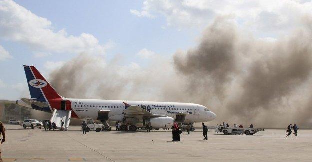 La explosión de rocas Yemen aeropuerto en 'cobarde ataque terrorista como nuevos miembros del Gabinete de la tierra