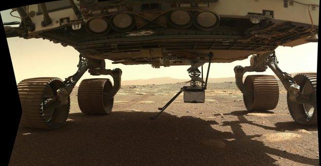 El ingenio de Marte helicóptero se despliega a la superficie Marciana, se prepara para el vuelo