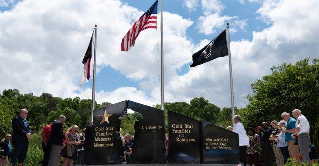 NC town presenta el Monumento a la Estrella de Oro para las familias que han perdido a sus seres queridos