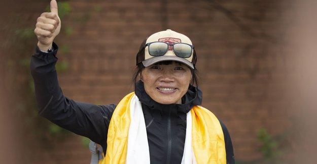 Maestra de Hong Kong se convierte en la mujer más rápida para escalar el Monte Everest
