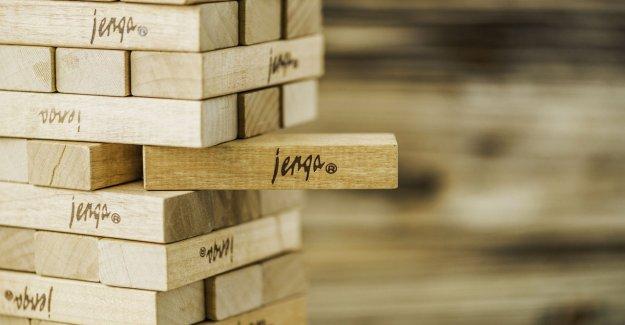 Nuevo propietario encuentra bloques Jenga sosteniendo accesorio de baño