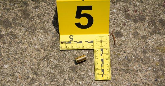 Oficial de policía de Nueva York fuera de servicio sufre una herida de rasguño en la cabeza durante un tiroteo relacionado con pandillas en su casa: fuentes