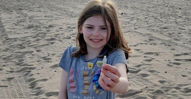 Mujer encuentra rara, muñeca de porcelana del siglo 19 en la playa escocesa