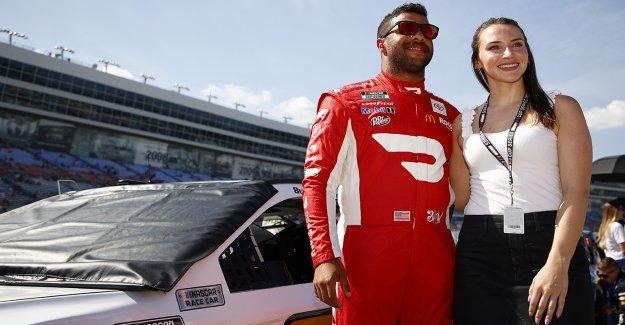 Bubba Wallace de NASCAR anuncia su compromiso