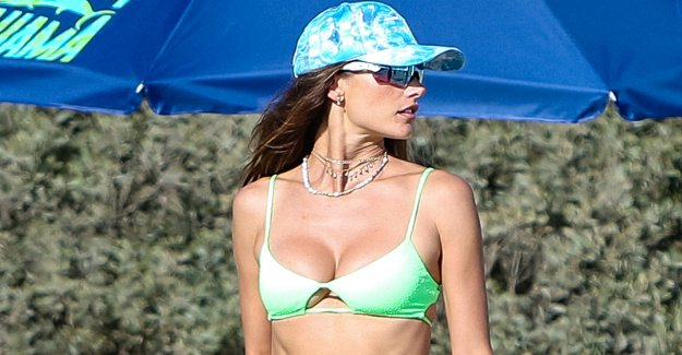 La supermodelo Alessandra Ambrosio desvela sus abs tonificados en bikini verde neón durante una salida a la playa