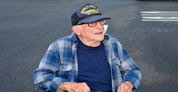 Stop & Shop lanza veterano retirado de la Segunda Guerra Mundial, ex empleado sorpresa 100 cumpleaños bash