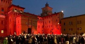 Ferrara, llega Salvini y las sardinas están de vuelta en la plaza, con los libros en la mano