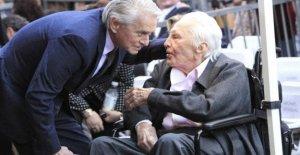 Kirk Douglas hoy celebra 103 años, los deseos de los nieto