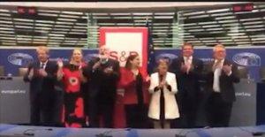 Los comisarios socialistas, Gentiloni responde a los Melones y Salvini: Para mí es un honor cantar Bella ciao