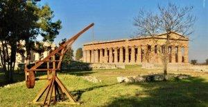 Paestum, hay un tema de patio de recreo arqueológicos de templos