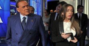 Rossi, el ex zarina de Berlusconi abre una pizzería en la zona de caserta. Con el spot de Bengalas