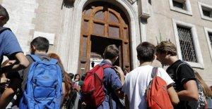 Desde mil 255 euros: el bono de mérito para los graduados que nunca ha sido tan baja