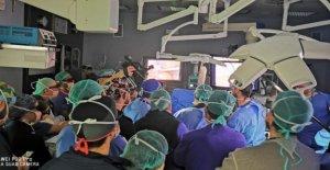 Por primera vez en el mundo, el cirujano opera en el abdomen con el esoscopio 3D