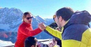 Salvini e-mail una foto de un apretón de manos con Totti. Y baile social