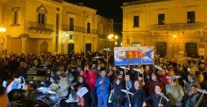 Salvini en Salento para la regional. La Sardina en la plaza de luchar: Estamos armados con ramas secas de un árbol de olivo