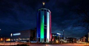 Maserati, la Torre de Módena con la bandera italiana, el himno de Italia
