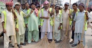 Pakistán, Lahore, carroñeros, de alto riesgo de infección: no tienen ni siquiera guantes para vaciar las alcantarillas
