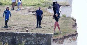 Advertencia después de que la gente en la foto de caminar cerca de los acantilados