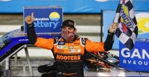 Chase Elliott beats Kyle Busch para ganar $100,000 recompensa en la NASCAR Truck Series de carrera