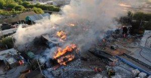 El fuego envuelve 200 toneladas de residuos de papel