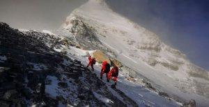 Equipo chino cumbres del Everest en medio de la puja para volver a medir el pico de