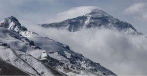 Equipo chino escalar el Everest durante la pandemia de