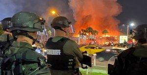 Florida diputado acuchillado en el cuello, otros oficiales heridos como los negocios saqueados e incendiados en medio de violentas protestas