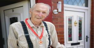 Hombre, 88, recibe de fútbol medalla después de 74 años
