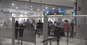 Los aeropuertos de adoptar nuevas distanciamiento social de la tecnología que puede realizar un seguimiento de los viajeros de movimientos, mientras que en la línea de