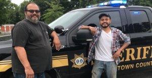 Los buenos Samaritanos en Carolina del Sur recuperar $1,300 soplar abajo de la autopista, ayudar a devolverlo a su propietario