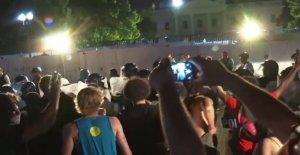 Los edificios alrededor de la Casa Blanca de la junta de seguridad, proteger los objetos de valor en medio de la posibilidad de que más protesta vandalismo